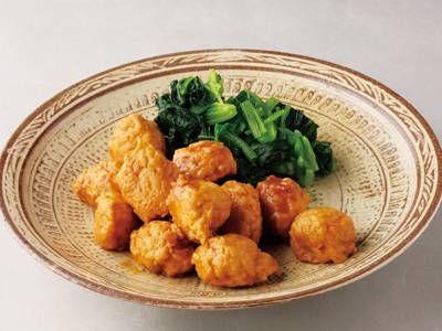 土井 善晴さんの鶏ひき肉を使った「鶏だんごの照り煮」のレシピページです。甘辛い味で煮からめた鶏だんごをご紹介します。短時間でできますし、冷めてもおいしくいただけますよ。 材料: 鶏だんご、煮汁、ほうれんそう