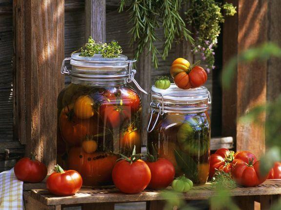 In Öl marinierte Tomaten ist ein Rezept mit frischen Zutaten aus der Kategorie Fruchtgemüse. Probieren Sie dieses und weitere Rezepte von EAT SMARTER!