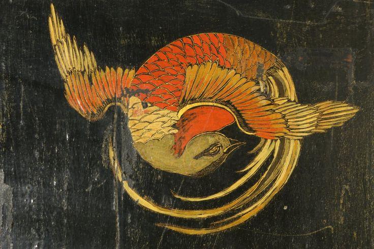 Stipo Chinoiserie retto da basamento ottocentesco presenta coppia di ante con ferramenta in bronzo incisa. All'interno dieci cassetti in quercia con interno ...