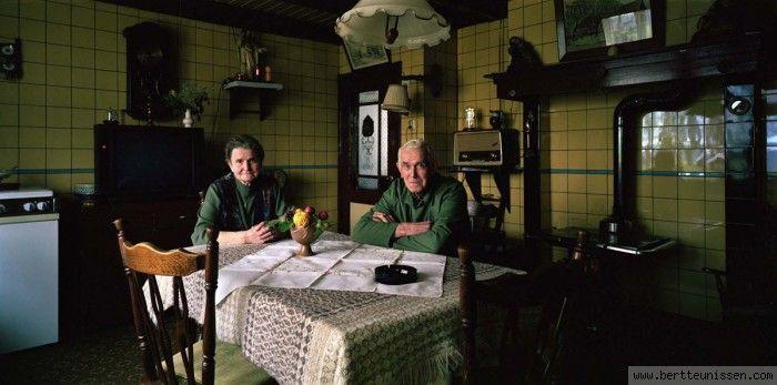 Bert Teunissen (1959)   Ruim 250 foto's maakte Bert Teunissen de afgelopen tien jaar voor zijn langlopende fotoproject Domestic Landscapes. In verschillende Europese landen zocht Teunissen naar interieurs van huizen waar het daglicht nog de inrichting, de sfeer en het dagelijks leven van de bewoners bepaalt. Huizen die ver voor de tweede wereldoorlog werden gebouwd, voordat elektriciteit het levensritme ging beïnvloeden. In Nederland, Frankrijk, België, Duitsland, Groot-Brittannië, Spanje…