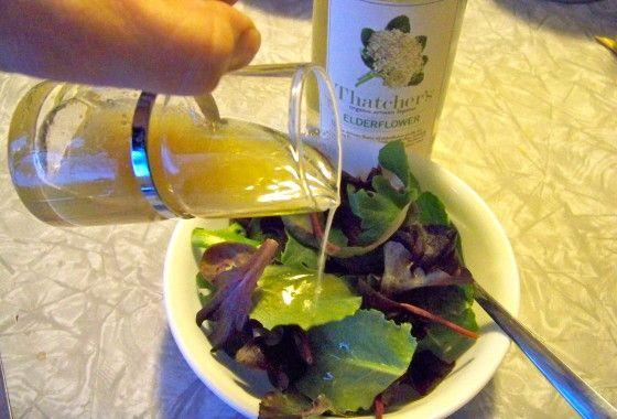 Csempészd a bodzát a salátákra! A vinaigrette egyfajta dresszing, amivel nyakon önthetjük a salátákat. Tavasszal pedig amikor nyílik a bodza virágja, érdemes kipróbálni a bodzás változatot! Hozzávalók: ½ bögre bodzaszirup (természetesen legjobb a házilag készített) ½ bögre e...