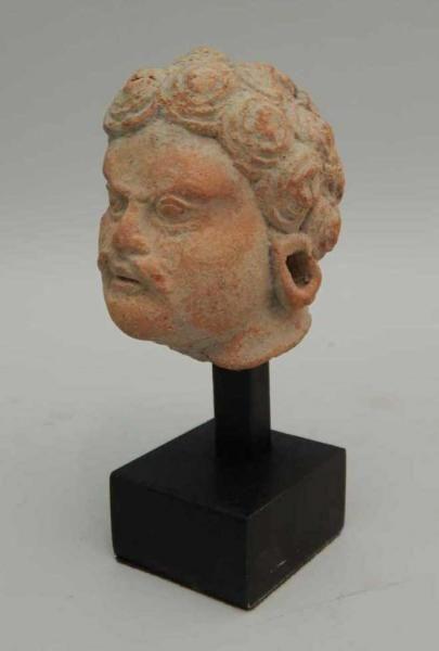 """Tête de guerrier en terre cuite. - H : 6 cm - Gandhara (Ier – Vème siècle) - , mis en vente lors de la vente """"Art d'Asie"""" à Thierry Desbenoit & Associés   Auction.fr"""