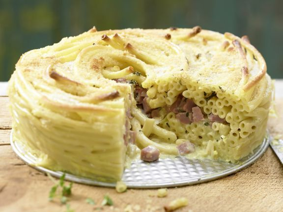Schinken-Nudel-Torte mit Gorgonzola und Bröselkruste: Die Nudeltorte mit Gorgonzola strotzt gradezu vor komplexen Kohlenhydraten, die lange sättigen.