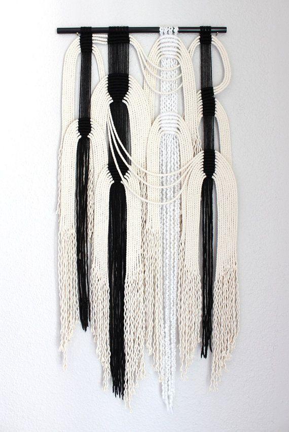Suspension en macramé « noir + BLC #21 » par ART HIMO, l'une d'un genre fabriqués à la main en macramé, art de la corde