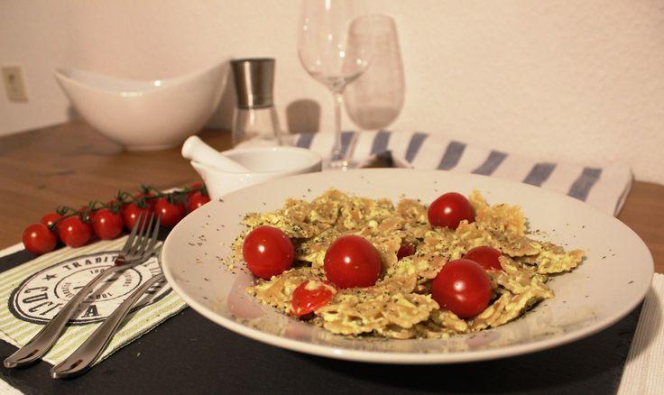 Fitness Rezept - Vollkorn Farfalle in Avocado Feta Sauce - Nährwerte pro Portion: Kalorien 689 kcal - Protein 31,0 g - Kohlenhydrate 77,3 g - Fett 27,5 g