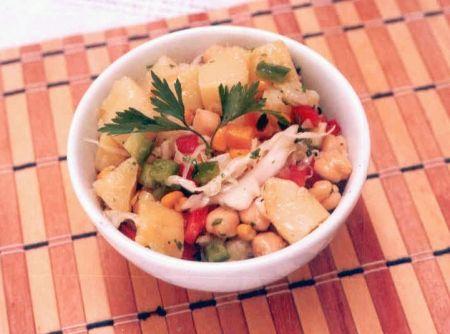 Receita de Salada de Batatas - ... batata, repolho, milho verde, alho, cebola, vinagre branco, Grão de Bico Camil, pimentão vermelho, pimentão verde, azeite , sal, salsinha