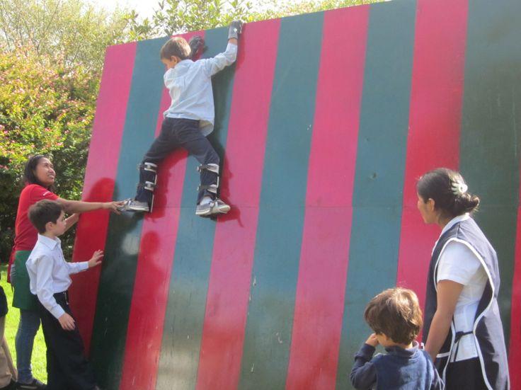 Divertida pared magnética para que puedas trepar como araña!  www.laferiamagica.com