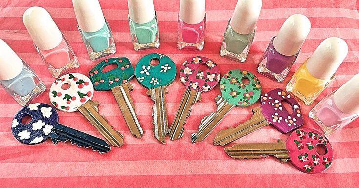 Reúne diferentes esmaltes de uñas de varios colores y crea todo tipo de diseños para decorar tus llaves.