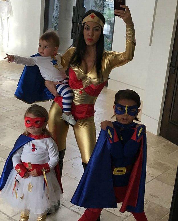 Kourtney Kardashian e os filhos, Reign Aston Disick, Penelope Scotland Disick, Mason Dash Disick - Halloween