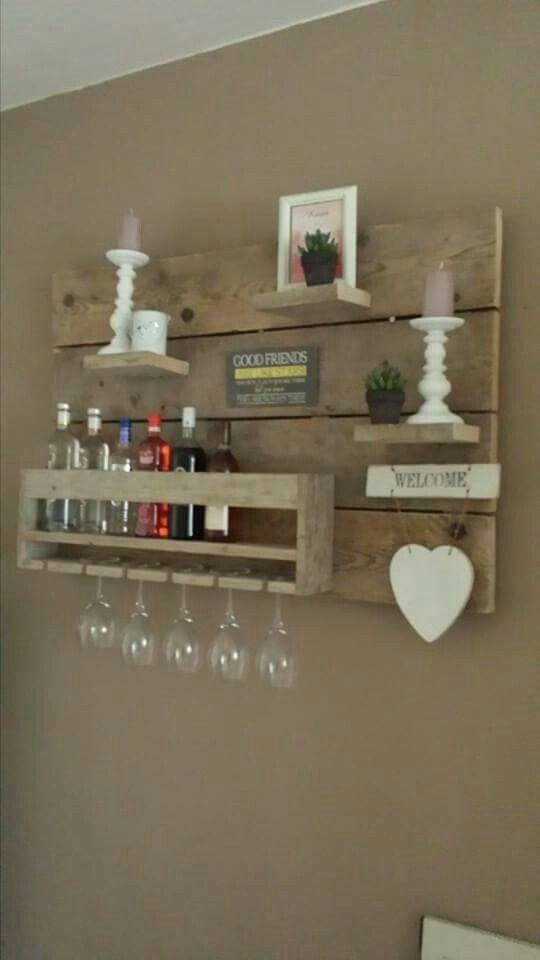 Leuk wandbord met glazen, flessen en decoratie