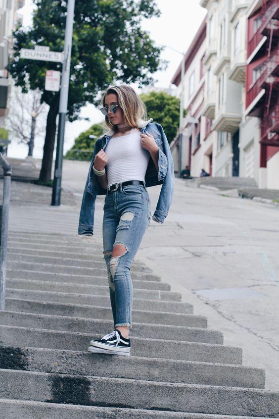 Trend Alert: o tênis preto nunca foi tão cool. Double denim, jaqueta jeans, blusa branca, calça jeans destroyed com rasgo no joelho, jeans com jeans, vans old skool preto