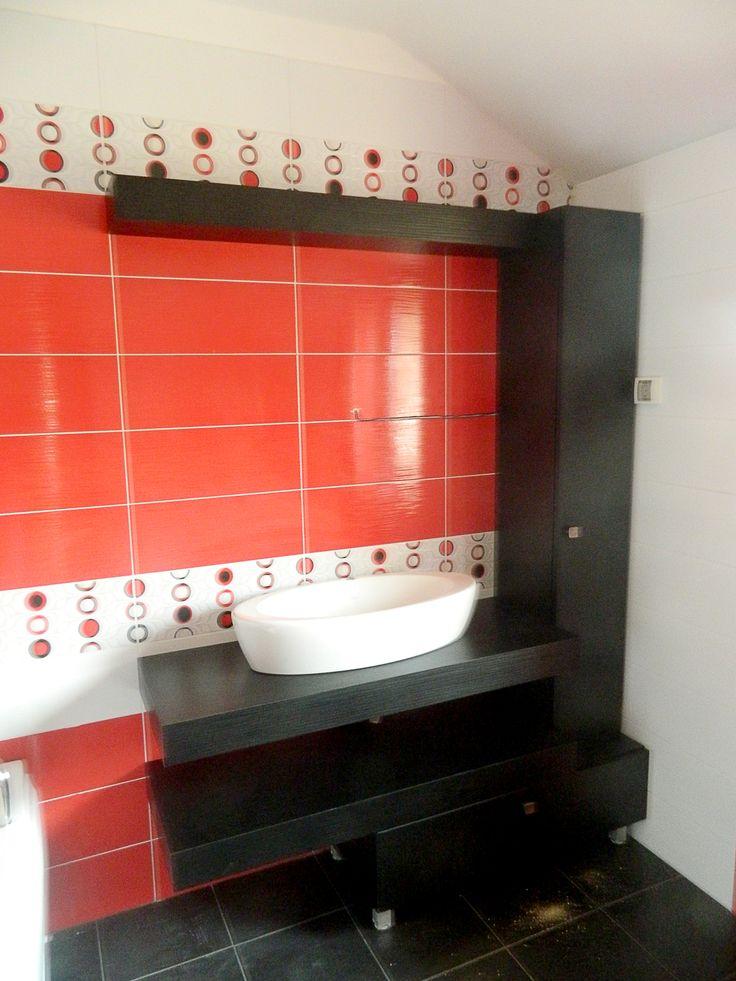 """Într-o baie, exigențele sunt legate de igienă, senzații plăcute și relaxare, în timp ce funcționalitatea reprezintă o necesitate de prim rang. Prin culori adecvate, accesorii la modă și diverse gadgeturi, experții echipei Johanes Qualitat Cluj proiectează, din nou, un spațiu personalizat, care promovează confortul total și designul """"în tendințe""""."""