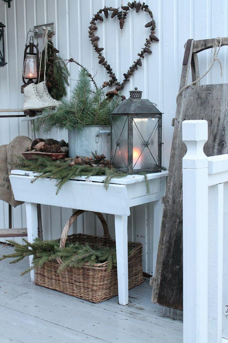 Kongler og granbar er vakker vinterpynt ,her i et gammelt arvet trau og en gammel kjele. Lekkert er det også når det kommer et dryss hvit sn...