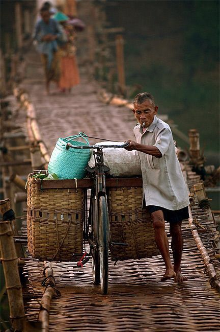 Hier wil ik over wandelen - This Bamboo brigde is about 150 meters, located at Pundong vilage, southern Yogyakarta (Central Java). Every morning, hundred peoples using this slippery bamboo bridge to cross the river, going to the market or school.
