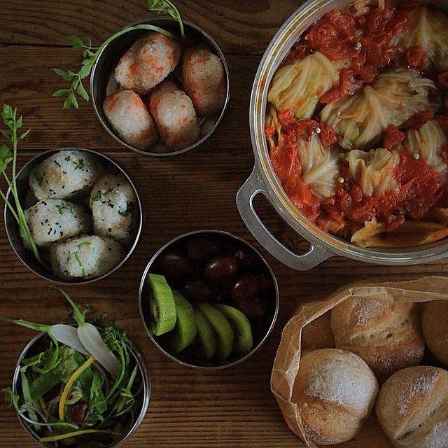 Miki Moriyama @rurumiki  またまたキャンプ飯ですみません 土日の近場キャンプ用持参foodsです。 今回は娘の希望でお昼にバーベキューだったので夕食分のロールキャベツ、朝食分の全粒粉パンを家で作っていきました。 せり、鮭のおにぎりはBBQの焼きおにぎり用です。 ・ 今シーズンから、無水鍋をダッジオーブンの代わりに野外でも使っています。野外料理にも無水鍋は優秀。食材を入れたまま一晩おいておいても、ダッジのように煮汁が鉄分で変色する事もありません。蓋の構造上、上に炭火を置くことも可能です。 無水鍋+スキレットが我が家の定番です ・ ・ コメントのお返事追いついていなくてすみません ありがたく読ませていただいています。 のちほどゆっくりお返事させていただきますね♡ ・