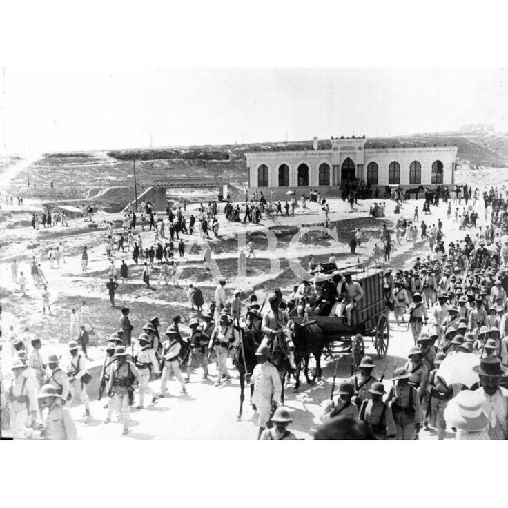 DESPUÉS DE LA MUERTE DEL MIZZIAN. CAMIÓN TRANSPORTANDO A SEGANGAN, DESDE MELILLA, EL CADÁVER DEL JEFE DE LA INSURRECCIÓN RIFEÑA, ACOMPAÑADO POR SU PADRE Y SU HERMANO. FOTO: FUSTERO -FECHA APROXIMADA5/1912: Descarga y compra fotografías históricas en | abcfoto.abc.es