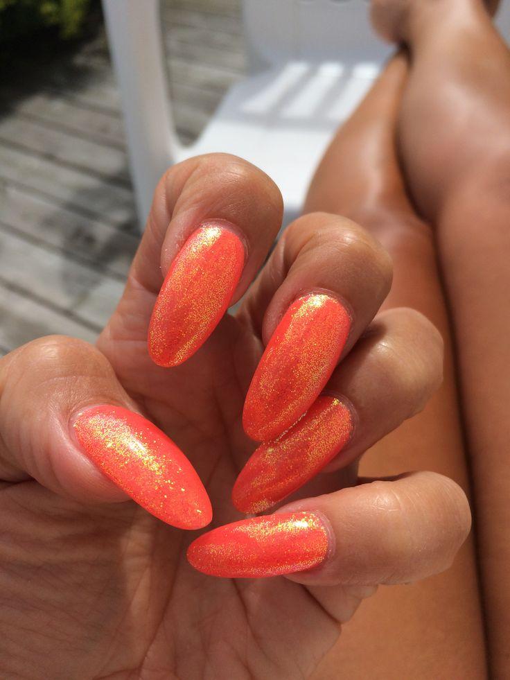 Mina fina sommarnaglar. Egna, långa mandelformade naglar med supernice orange gelish på samt glitter.