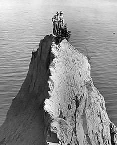 Climbers atop Scarborough Bluffs Point, c 1909 (courtesy City of Toronto Archives/Fonds 1244, Item 1537).