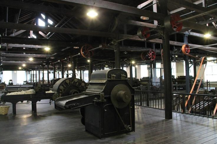 En la planta de producción se puede ver todo el proceso de confección de los artículos que se elaboraban en La Encartada: desde que se recibía la materia prima (la lana) hasta que se expendía el producto terminado (txapelas, mantas, bufandas, calcetines, pasamontañas)