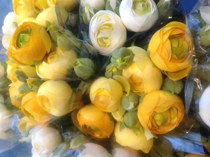 Mazzi di ranuncoli gialli. carlocivera.org #ranuncoli #design #arredamento