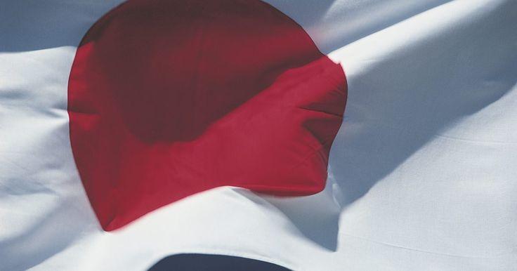 O que representa o círculo vermelho na bandeira do Japão?. O círculo vermelho no meio da bandeira japonesa representa o sol. Especificamente, a maioria dos historiadores acredita que ele representa o sol nascente, chegando sobre as ilhas japonesas e guiando o povo em direção ao seu destino. O nome oficial da bandeira com um único ponto vermelho é Nisshoki, no entanto, a maioria das pessoas comumente a ...