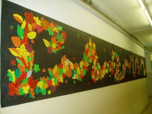 penjarà paper d'embalar en un lloc visible de l'escola i marcarà amb guix el camí que han de seguir les fulles. Així, els alumnes que les vagin acabant les pot anar penjant al mural.  Es poden canviar les fulles pintades amb ceres per a qualsevol altre element decoratiu.