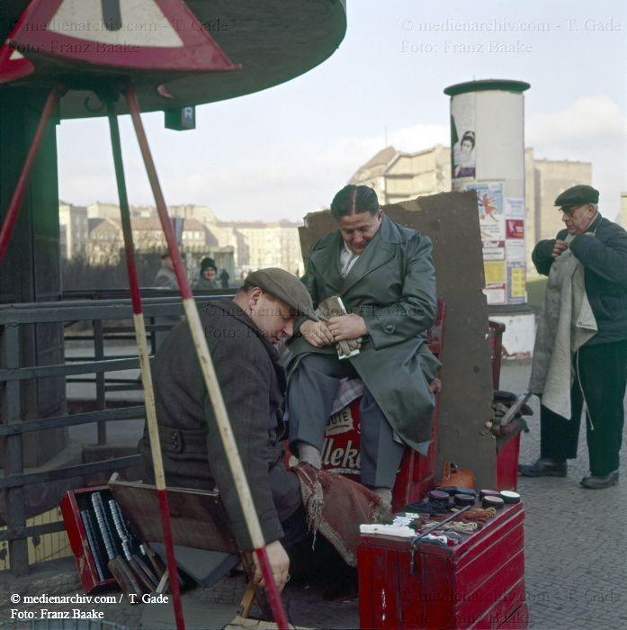 BERLIN 1960, Schuhputzer am Kurfuerstendamm in Charlottenburg