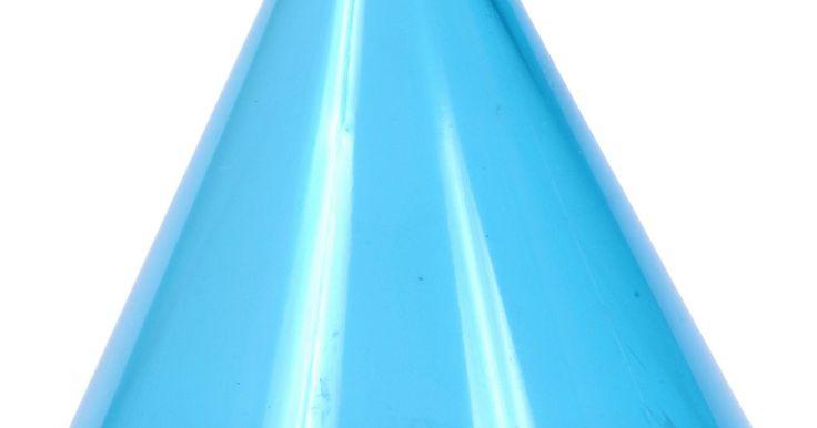 Artesanías con pequeños conos de plástico. Los pequeños conos de plástico son una base excelente para muchas artesanías debido a su forma versátil. Los conos de plástico, disponibles en variedades de espuma de plástico y conos huecos con el exterior de plástico sólido, se pueden comprar en las tiendas de artesanías. Los pequeños conos de plástico se pueden utilizar como una base para ...