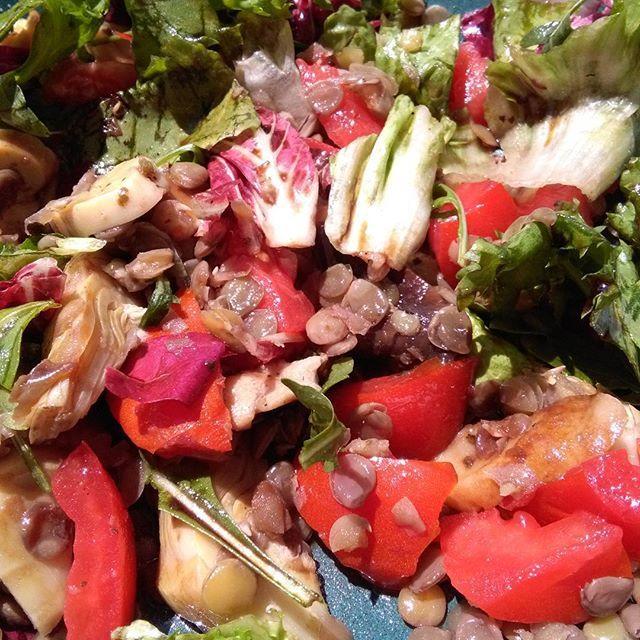 Dagens lunch i solen: sallad på linser, tomat, inlagd kronärtskocka och svamp. Gott och mättar länge.  #sallad #lunch #linser #vegetariskt #nomnom #nofilter #nofilterneeded #lentils #vegetarian #vegan #tuscasvarld #solsken #sommarmat