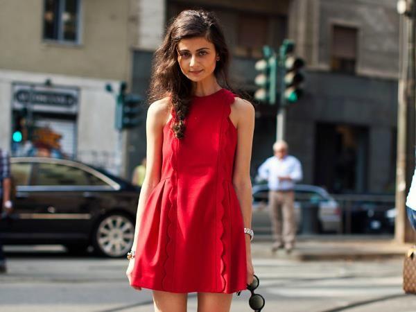 Это красное платье и бутылка модеры