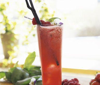 Fenomenal törstsläckare. Jordgubbar, basilikablad, citron och tranbärsjuice i en härlig blandning. Servera Strawberry Isabel i ett högt glas med krossad is.
