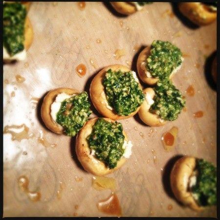 Fyllda champinjoner med pinjenötsost och pesto (raw) - Katjas mat