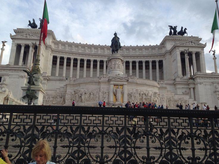 Dinsdag 6 oktober Dit is het Altare della Patria, een groot wit monument met drie opvallende standbeelden. Het Altare is gebouwd ter ere aan Victor Emmanuel II. Sommige mensen vinden dat het gebouw niet past tussen de andere historische gebouwen in Rome.