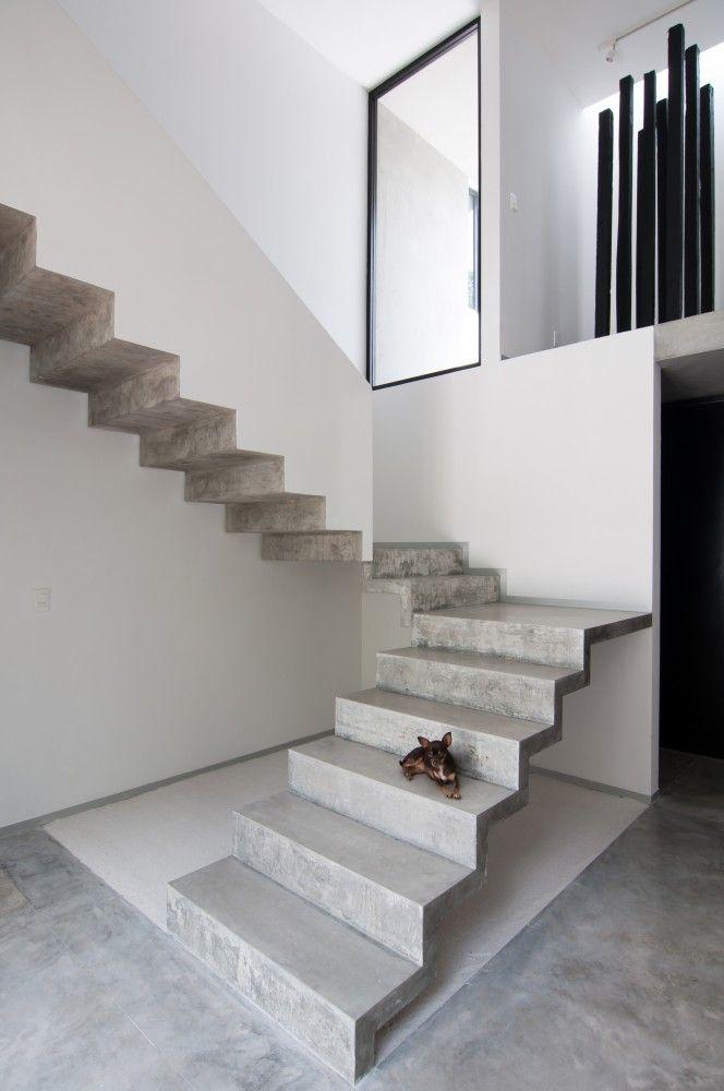 #architecture : Garcias' House / Warm Architects 심플한 색상의 계단과 그 옆에 몽환적인 느낌을 주는 거꾸로 된 다른 계단이 마음에 들었다.