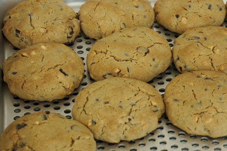 Której z nas nie dopada ochota na coś słodkiego? Zamiast sklepowych słodkości mamy dla was przepis na szybkie i pyszne BEZGLUTENOWE ciastka z masła orzechowego.
