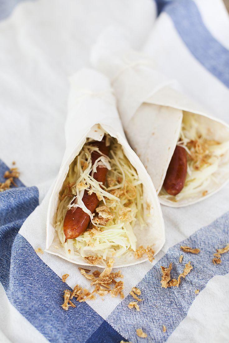 Recept på korv i bröd med kålsallad hittar du här: http://martha.fi/sv/radgivning/recept/view-93381-5560