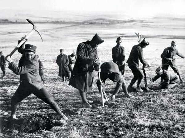 Yunan askerleri dikenli tel örgülerle tahkimat hazırlarken. (1919)