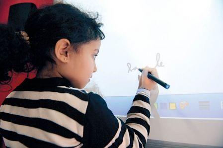 """Éducation : """"Une bonne note pour les tableaux interactifs""""  Les TBI auraient des effets positifs sur l'apprentissage et la motivation des élèves, surtout des garçons.  Lisa-Marie Gervais, Le Devoir, publié le 9 novembre 2011"""