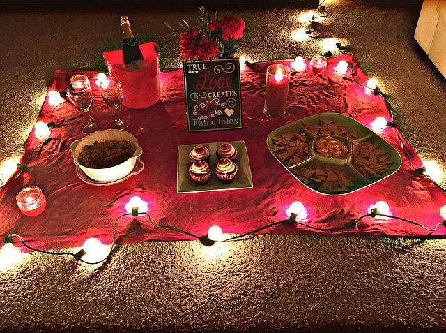 Romantisches Picknick im Haus