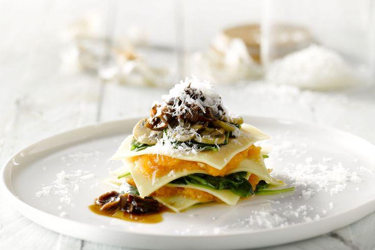 Deze open ravioli met pompoen en porcini is een prachtig voorgerecht waarmee je elke vegetariër maar ook carnivoor aan de feesttafel heel blij zal mak...