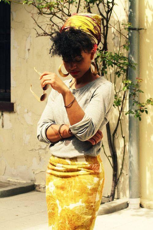 Cheveu naturel africain a.k.a cheveu crépu, nappy… Il est reconnaissable à sa forme élliptique et à sa façon de se cortortionné dans tout les sens. Ils peuvent se tasser en boucles souples ou serrées ou encore en zig zag. Le plus étonnant c'est qu'on trouve toutes ces formes sur une même tête la pluspart du temps. Alors dites bonjour aux noeuds! Le cheveu africain est naturellement sec! Pourquoi? Par ce que le sébum a du mal a remonter de la racine aux pointes à cause de tout ces détours…