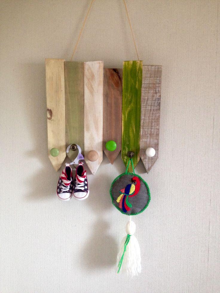Perchero 30 x 40 6 perchas en decapados verdes , café, blanco y hueso