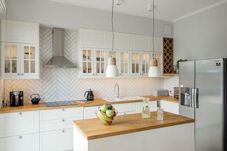 Zdjecie Drewno W Aranzacji Bialej Kuchni Small Apartment Kitchen Kitchen Interior Kitchen Design