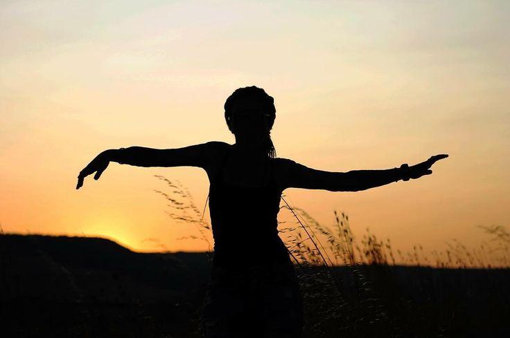 Ombra: duplica il reale senza il fardello dei dettagli.  Ph: @cataldi91 - thank you   #ombre #lucieombre #tramonto #sunset #sunsetpic #sagoma #gravinainpuglia #orizzonte #sun #sundown #orangesky #skyporn #skyline #skylovers #photographer #siluette #orange #sunsetporn