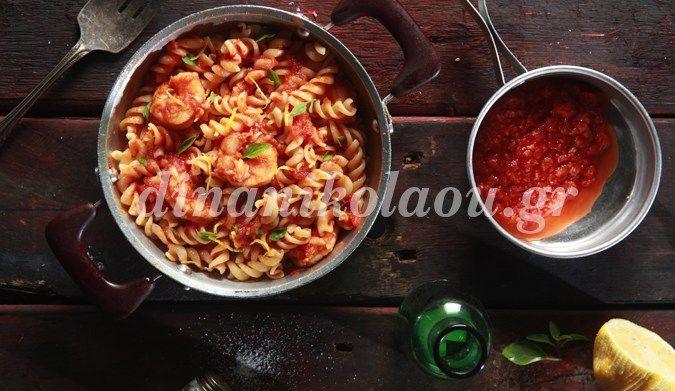 Βίδες με γαρίδες, ωμή ντομάτα και βασιλικό