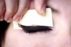 Sabia que é possível criar moldes para o delineado nos olhos? Em casa mesmo! Tô falando disso lá no blog. Bora conferir?