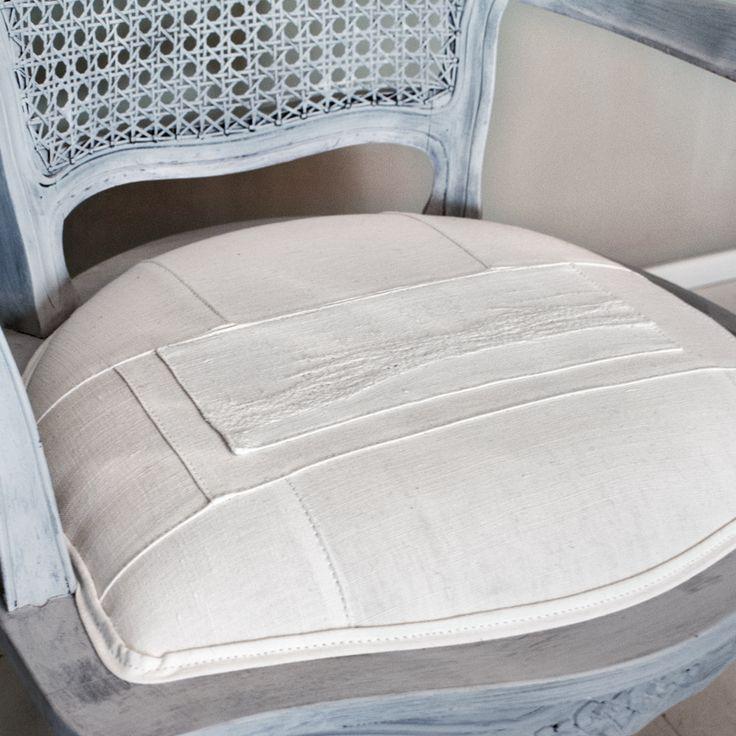 Parigina rivisitata in grigio chiaro e tappezzata con vecchie lenzuola di canapa NDN