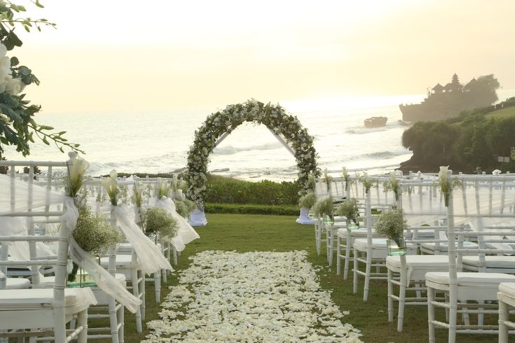 Aisle details,Hanging baby's breath in jars,Rose petals,Tiffany Chair www.nouadecor.com