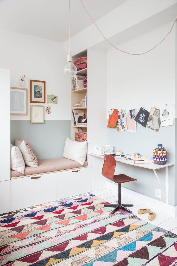 Kinderzimmer Idee: Schöne Kuschelecke bzw. Leseecke mit Regalen