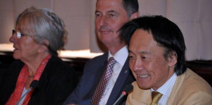 Toshiyuki Kamioka, Oberbürgermeister Peter Jung und Ursula Schulz (Aufsichtsrat Wuppertaler Bühnen, v.r.). Foto: Stefan Fries